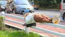 女子躺5cm宽栏杆上酣睡
