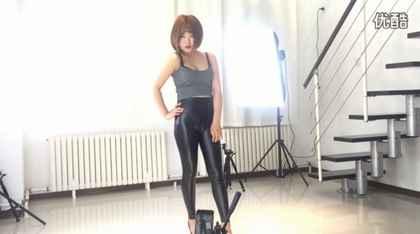 蘑菇电音黑色紧身皮裤热舞正面横拍