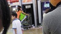 银行卡被吞女子徒手拆ATM机