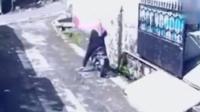 女子遭抢夺劫匪摩托逃跑