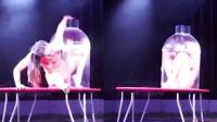 惊呆!蒙古女孩上演精湛柔术绝技 身体可折入瓶中