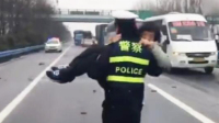 """警察蜀黍""""公主抱""""救女司机"""