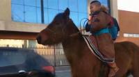 牛!内蒙古小学生骑马上学