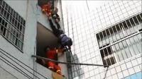 男子跳楼被拉回倒挂楼外