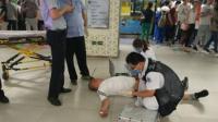 地铁里男子晕倒多名医生现身