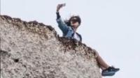牛!大胆游客坐悬崖自拍