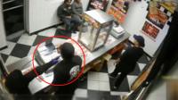 劫匪打劫顾客店员没反应