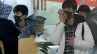 王俊凯在学校食堂打饭 当明星or当学生他都很坦然 171111