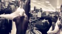 尴尬!肌肉男服装店试衣服