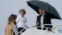 特朗普撑伞悠闲走 妻儿淋雨跟在后