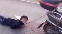 男童被亲妈绑车后拖行