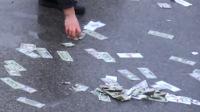 美国一运钞车出事故钞票撒一地
