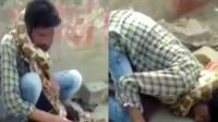 男子表演蟒蛇缠脖险被勒死