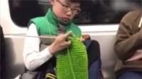 小男孩车厢内专注织围巾