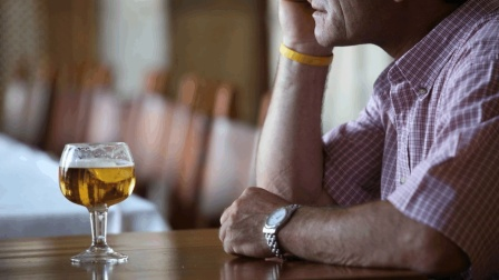 天天喝酒有什么危害? 再次劝告: 这四种人不要喝, 后果很严重