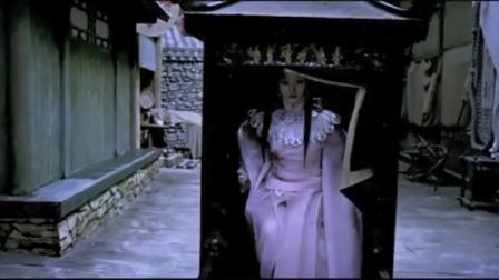 丫鬟喊小姐,不料小姐双目无神的坐进轿子里,瞬间把丫鬟给吓坏了