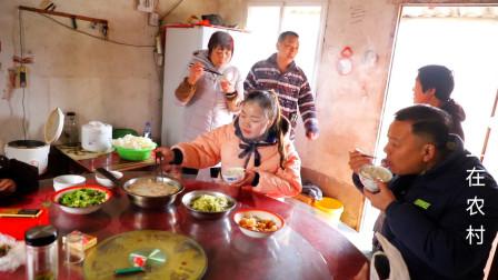 姑姑一家从上海务工回来,妈妈做了一些家常菜,过年吃个团圆饭