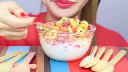 大嘴美女吃谷物圈,吃着吃着把勺子也吃进去