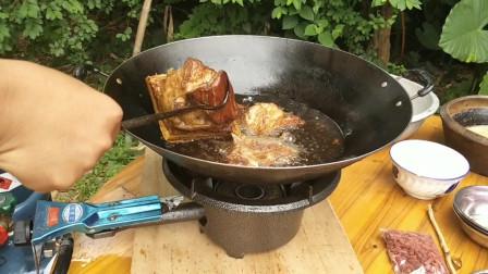 广西闻名一道菜《扣肉》,看小伙是怎么做扣肉的,学会了吗