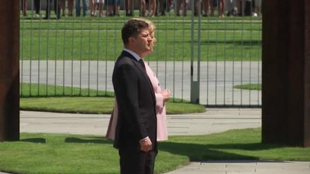 现场!默克尔接见乌克兰总统突然全身颤抖 泽连斯基在旁无动于衷