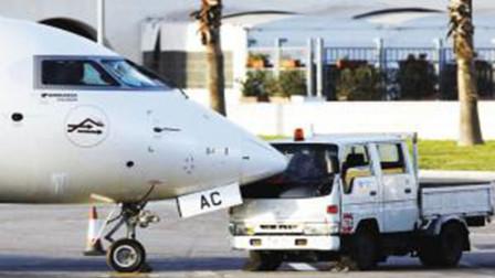 西班牙摆渡车倒车撞上飞机 机鼻瞬间插入车内