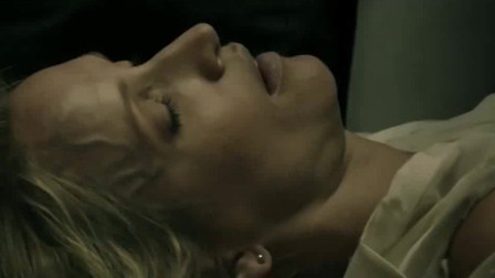女孩心脏病突发昏迷不醒,丧尸排队将其救醒,随后趁热把她吃了