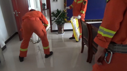 """119吗?我是110!警局进大蛇急需救援 消防员赶到后将其""""拘留"""""""