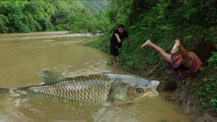 农村大嫂户外打野,利用捕鱼坑抓鱼,果断来了顿烧烤