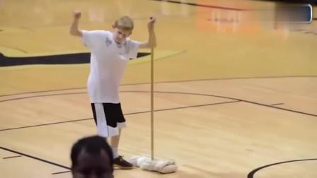 体育场上球童搞笑抢镜,运动员:这一届的球童有点飘了