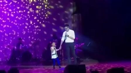 小糯米在学校举行的音乐会中上台表演,爸爸#刘恺威小糯米合唱#《You've got a friend...