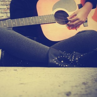 在家里弹吉他