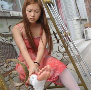 崴脚的姑娘