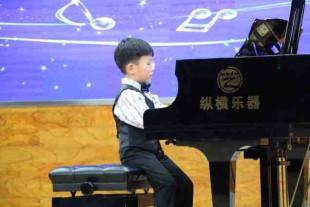 小王同学弹钢琴