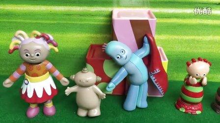 小猪佩奇帮丹尼打扫卫生 粉红猪小妹清理鸡粑粑