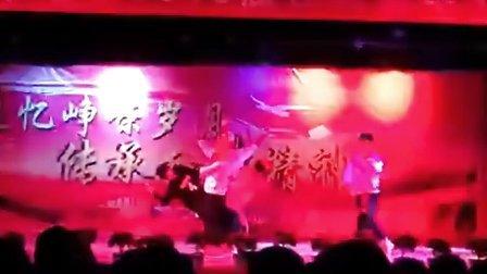 南昌十七中西藏部藏14级1班的狼族少年们跳的《狼与美女》 帅到爆