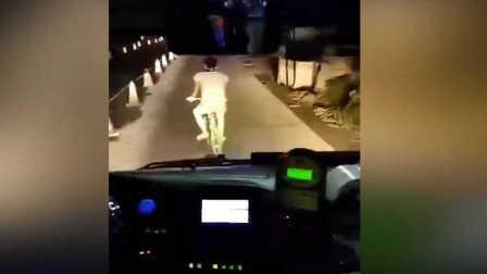 男子骑车故意挡路公交车