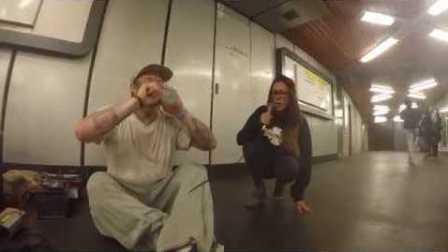碉堡了!女孩加入地铁站的说唱歌手