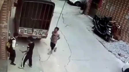 无法无天!监拍两流浪少年持刀抢劫小学生 当天被警方擒获