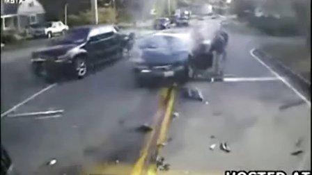 监控实拍:强悍女司机 逆行抢道致惨烈爆头...