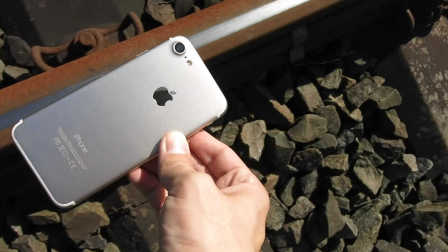 iPhone7挑战在火车轨道上的生存