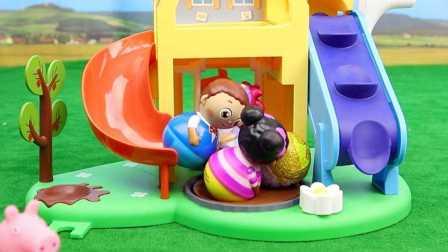 小猪佩奇与不倒翁朋友 砸托马斯奇趣蛋 粉红猪不倒翁游乐场