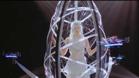 创想计划|无人机将挪威歌手Aurora裹入茧中