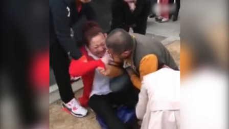 实拍原配街头暴打小三头发一把把拽下 丈夫心疼护女子扬长而去
