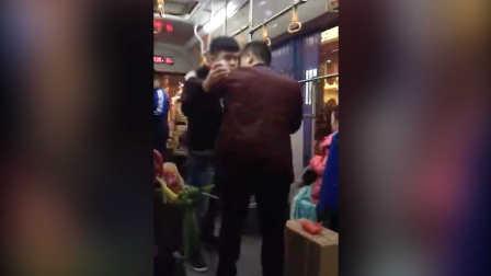 实拍小偷公交上行窃被抓连声说对不起 小伙不依不饶非要报警