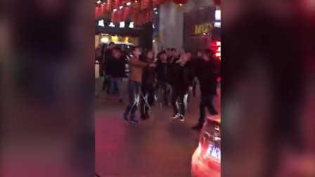 古惑仔上身!实拍湖南岳阳多名男子持械当街追赶 警方连夜抓捕