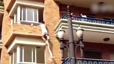 偷情被捉奸 机智美女与男友阳台吵架掩护隔壁老王偷溜