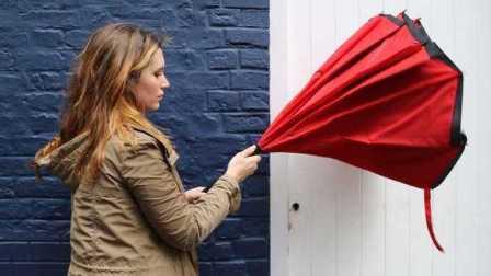 「资讯100秒」可以反着打的伞 一滴水不漏到地上