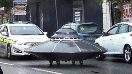 UFO在公路上奔跑,还有警车追随,这是什么来头?
