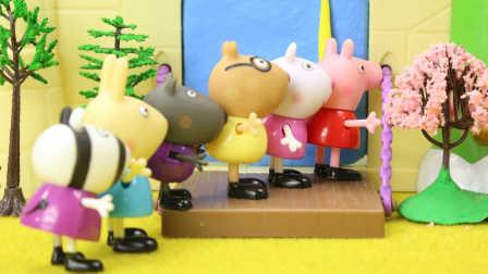 小猪佩奇玩具视频 第一季:小猪佩奇找到苏菲亚公主 城堡上打不开的门还住着恐龙先生 44