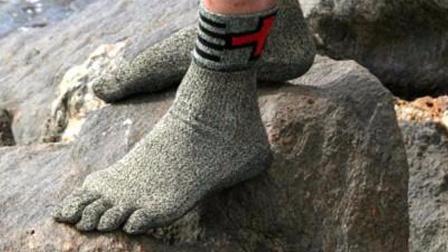 这袜子比钢铁硬15倍,可上刀山下火海,还需要穿鞋吗